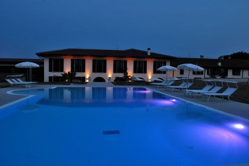 Swimming pool bed and breakfast on lake garda in italy for Swimming pool bed